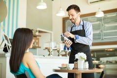 Het jatten van creditcard in een koffiewinkel Stock Foto