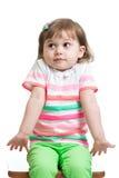 Het jong geitjemeisje kijkt in verwarring gebracht, geïsoleerd Royalty-vrije Stock Foto's