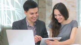 Het jonge aantrekkelijke bedrijfsman en vrouwen bespreken stock footage