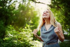 Het jonge aantrekkelijke blondevrouw lachen Stock Foto