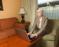 Het jonge aantrekkelijke businesswoan werken in een hotel Stock Foto's