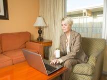 Het jonge aantrekkelijke businesswoan werken in een hotel Stock Foto
