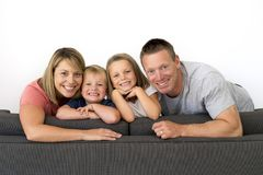 Het jonge aantrekkelijke en gelukkige paar stellen die thuis mede bank zitten royalty-vrije stock afbeelding