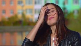 Het jonge aantrekkelijke meisje, koude buitenkant, niest en blaast haar neus in een wit servet stock videobeelden
