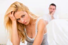 Het jonge aantrekkelijke paar die hebben debatteert in bed Stock Foto's