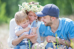 Het jonge Aantrekkelijke Portret van Ouders en van het Kind Stock Fotografie