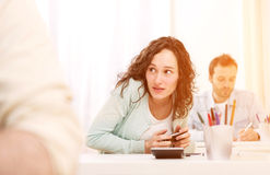 Het jonge aantrekkelijke vrouw bedriegen met mobiel tijdens examen stock foto's