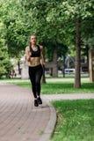 Het jonge aantrekkelijke vrouw lopen stock fotografie