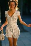 Het jonge aantrekkelijke vrouw lopen Royalty-vrije Stock Fotografie