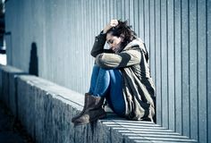 Het jonge aantrekkelijke vrouw schreeuwen die aan depressiezitting lijden stock afbeeldingen