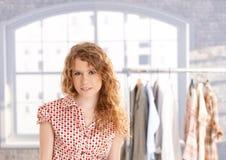 Het jonge aantrekkelijke vrouwelijke manierontwerper werken Stock Foto