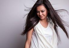 Het jonge aardige Aziatische meisje stelt in studio. Stock Fotografie