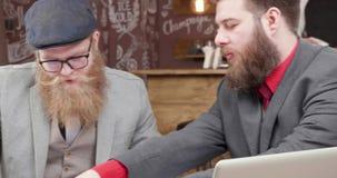 Het jonge, aardige kijken freelancers houdt een vergadering in informele atmosfeer stock footage