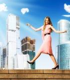 Het jonge achteloze vrouw lopen Stock Foto's