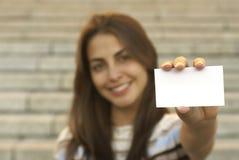 Het jonge adreskaartje van de meisjesholding Royalty-vrije Stock Foto