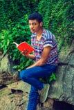 Het jonge Afrikaanse Amerikaanse boek van de Mensenlezing, het reizen, die ontspannen bij Royalty-vrije Stock Foto