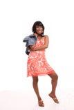 Het jonge Afrikaanse Amerikaanse Glimlachen van de Kleding van de Vrouw Oranje Stock Afbeelding