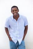 Het jonge Afrikaanse Amerikaanse mens lachen Stock Afbeelding