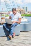 Het jonge Afrikaanse Amerikaanse Mens reizen, die aan laptop computer werken Royalty-vrije Stock Afbeeldingen