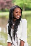 Het jonge Afrikaanse Amerikaanse vrouw glimlachen Stock Fotografie