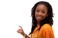Het jonge Afrikaanse Amerikaanse vrouw glimlachen Stock Afbeeldingen