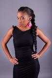 Het jonge Afrikaanse Amerikaanse vrouw stellen Stock Fotografie