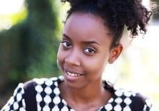 Het jonge Afrikaanse Glimlachen van de Vrouw Stock Fotografie