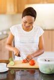 Het jonge Afrikaanse vrouw koken Stock Afbeeldingen