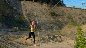 Het jonge atletische blondetreinen lopen stock footage