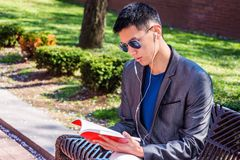 Het jonge Aziatische Amerikaanse Mens reizen, die in New York bestuderen Stock Afbeelding