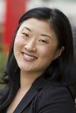Het jonge Aziatische bedrijfsvrouw glimlachen stock afbeeldingen