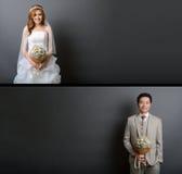 Het jonge Aziatische bruidegom en bruid stellen in studio voor prehuwelijkssho Royalty-vrije Stock Afbeelding