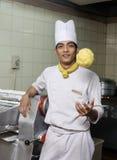 Het jonge Aziatische chef-kok stellen Royalty-vrije Stock Fotografie