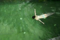 Het jonge Aziatische meisje zwemmen Royalty-vrije Stock Foto's