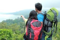 Het jonge Aziatische paarreis openlucht backpacking, Stock Foto's