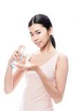 Het jonge Aziatische vrouw gieten op hand kosmetisch schuim royalty-vrije stock foto's