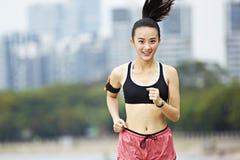 Het jonge Aziatische vrouw lopen stock fotografie