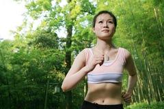 Het jonge Aziatische vrouw lopen Stock Afbeeldingen