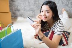 Het jonge Aziatische vrouwenondernemer werken Royalty-vrije Stock Foto