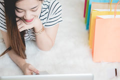 Het jonge Aziatische vrouwenondernemer werken Stock Afbeeldingen