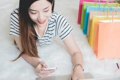 Het jonge Aziatische vrouwenondernemer werken Royalty-vrije Stock Afbeeldingen