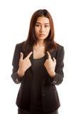 Het jonge Aziatische vrouwenpunt bij zich vraagt waarom me Royalty-vrije Stock Foto
