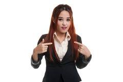Het jonge Aziatische vrouwenpunt bij zich vraagt waarom me Stock Afbeeldingen