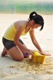Het jonge Aziatische Zandkasteel van de Bouw van de Vrouw. Royalty-vrije Stock Afbeeldingen