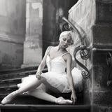 Het jonge ballerinavrouw stellen op treden stock foto