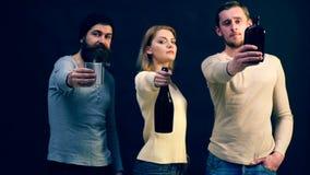 Het jonge bedrijf biedt u een heerlijke drank aan aanbieding drank Prachtige drank stock videobeelden