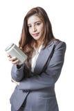 Het jonge bedrijfsvrouw aantrekkelijke voorstellen a kan van frisdrank Stock Foto