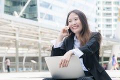 Het jonge bedrijfsvrouw glimlachen die met laptop uit deur werken, die het scherm met gebaar van zich het gelukkige verheugen, sc Royalty-vrije Stock Fotografie