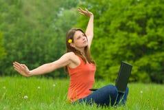 Het jonge bedrijfsvrouw ontspannen, die aan laptop c werkt Stock Afbeelding