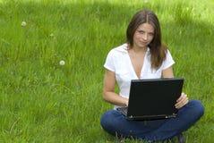 Het jonge bedrijfsvrouw ontspannen, die aan laptop c werkt Stock Afbeeldingen